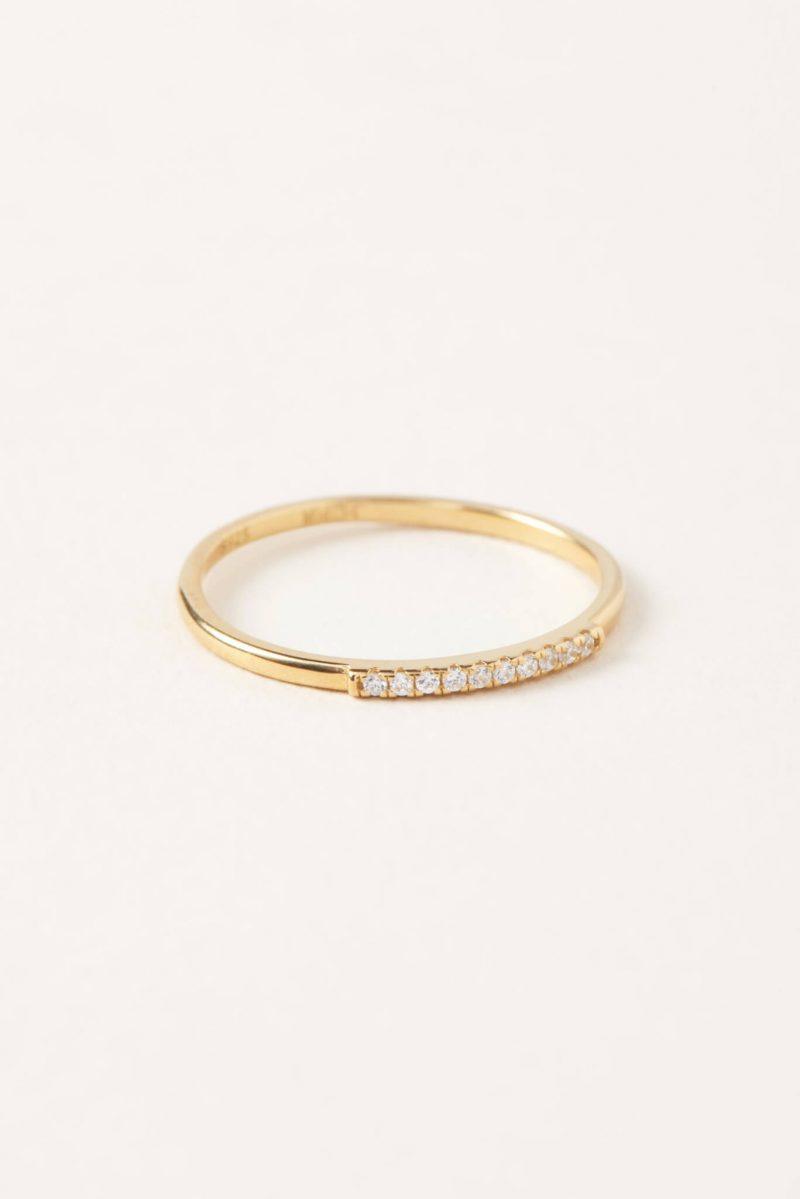 bague en or mince avec petite ligne de zircon blanc